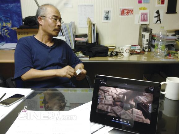 <미스터 K> 하차 입장을 밝히고 있는 이명세 감독. 영상은 <미스터 K>의 타이 촬영 장면.